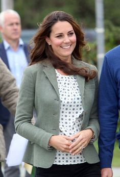 Kate Middleton performed her first royal duty since the birth of Prince George on Anglesey on Friday - Photo 3 | Celebrity news in hellomagazine.com