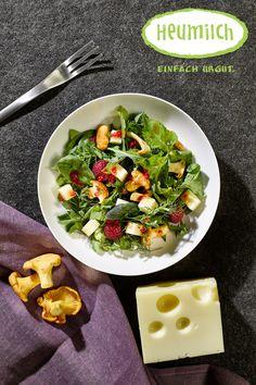 Wald- und Wiesensalat mit Heumilch-Emmentaler Der kunterbunte Frühlingssalat mit Pilzen und Heumilch-Emmentaler kann auch mit Wildkräutern verfeinert werden. Wir wünschen viel Spaß beim Nachkochen des Rezepts.  (Heumilch, Rezept, Essen, Kochen, Rezeptideen, Salat, Sommer, Sommerrezept, Käse, Pilze, Emmentaler, Leichtes Gericht) Brunch, Food Court, Kraut, Dairy, Cheese, Chef Recipes, Eat Lunch, Food Dinners, Salad Ideas