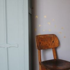 love the gold stars on the wall...