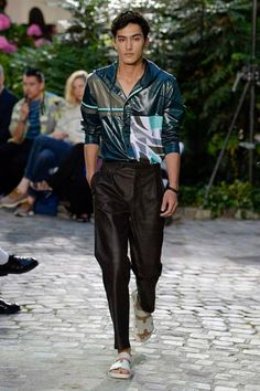 See all the Collection photos from Hermès Spring/Summer 2019 Menswear now on British Vogue Men's Fashion, Stylish Mens Fashion, Stylish Mens Outfits, Best Mens Fashion, Fashion Show, Fashion Design, Fashion Outfits, Cheap Fashion, Fashion Styles