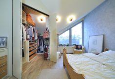 Šatna v ložnici 1 (otevřené dveře)