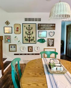 Eclectic Kitchen Gallery Wall - mixes art prints and decor items for a unique look. #gallerywall #gallerywallideas