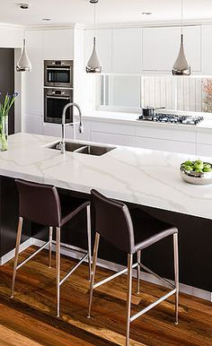 With a special and luxurious beauty, VICOSTONE Quartz Surfaces® are widely used in interior applications such as kitchen countertops, bathroom vanities, wall paneling, and flooring. White Marble Kitchen, White Kitchen Decor, Kitchen Ideas, Kitchen Inspiration, White Granite, Interior Inspiration, Kitchen Benchtops, Granite Kitchen, Splashback