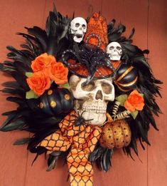 halloween door decor Large Absolutely STUNNING one-of-a-kind Halloween/Fall wreath. Black feathers, skull in top hat, silk roses, plastic spider, wood sign! X FREE SHIPP Diy Halloween Reef, Chic Halloween Decor, Halloween Skull, Fall Halloween, Halloween Crafts, Halloween Porch, Halloween Skeletons, Halloween 2019, Fall Crafts