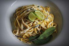 Nudeln mit Salbei - Gorgonzola - Soße, ein sehr schönes Rezept aus der Kategorie Pasta & Nudel. Bewertungen: 20. Durchschnitt: Ø 4,1.