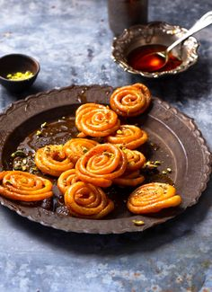 This home made instant crispy jalebi is absolutely impressive and made in minutes without compromising the taste and texture. Indian Desserts, Indian Sweets, Indian Food Recipes, Asian Recipes, Easy To Make Desserts, Delicious Desserts, Food Bank, Food Food, Low Calorie Sweets