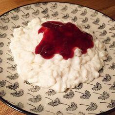 """Desserten i dag var heller ikke så ringe endda ☺️😋 RISALAMANDE - uden sukker og """"semi let"""" 😊 Opskriften ligger på min hjemmeside www.sundtliv.nu - direkte link i min profil @sundtliv.nu  risalamalta ris keso grädde kvarg saftsås -  kall risgrynsgröt jordgubbssylt Fav lowcal lowcarb"""