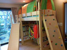 本がいっぱいの子供部屋に、ハイタイプのロフトベッドを構えて、書棚もスッキリ収納できました。