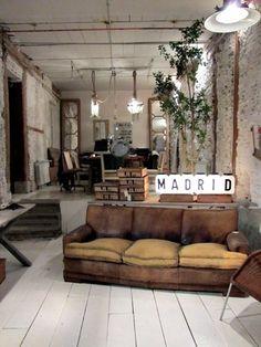 Esprit industriel - canapé en cuir patiné par le temps, mur de briques #living room #industrial #bricks wall
