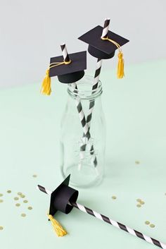Awe-Inspiring Graduation Party ideas and inspirations for your 2019 Graduate - Hike n Dip From charming black & gold decoration to graduation cap decor here's the best graduation party ideas for your 2019 graduate to make them feel special. Graduation Crafts, Graduation Party Centerpieces, Graduation Party Planning, Graduation Party Themes, Graduation Cap Decoration, Graduation Celebration, Grad Parties, Graduation Ideas, Graduation Presents