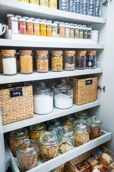 Organização da casa: despensa organizado com a ajuda de cestas, potes e jarros. Organised pantry using clever storage solutions such as baskets, jars and clear containers