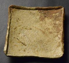 備前土櫛目彫文灰被四方平鉢 18.1/高3.2cm Square dish, Bizen