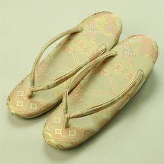 Beige, classic zouri shoes / お稽古事や気軽なお出掛けに ベージュ地 古典柄 草履