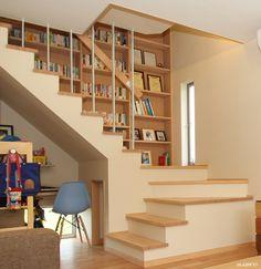 階段横には壁一面に本棚を造り付け!#和風住宅 #住宅 #家づくり #階段 #壁一面に本棚 #本棚 #設計事務所 #菅野企画設計