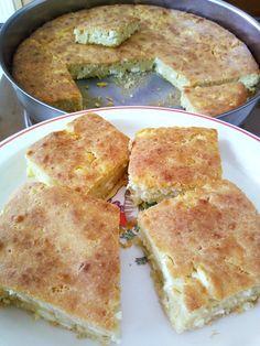 Η Συνταγή είναι της κ. Έλλη Παπαριστείδη - Χρυσές Συνταγές ΥΛΙΚΑ ΚΑΙ ΕΚΤΕΛΕΣΗ: αυγά-γιαούρτι-φέτα-φαρίνα! Για το μεγάλο μου στρογγυλό ταψί: Χτυπάμε 5 αυγά με το σύρμα, προσθέτουμε ένα κεσεδάκι γιαούρτι (έβαλα ένα πρόβειο 300γρ.) και ανακατεύουμε καλά. Προσθέτουμε