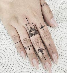hand tattoos for women / tattoos hand ` tattoos for men hand ` hand tattoos for guys ` hand tattoos for women ` tattoos red and blue hand ` tattoos on hand ` tattoos männer hand ` mens hand tattoos Hand And Finger Tattoos, Finger Tattoo For Women, Small Hand Tattoos, Finger Tattoo Designs, Hand Tattoos For Women, Finger Tats, Henna Tattoo Designs, Mini Tattoos, Cute Tattoos