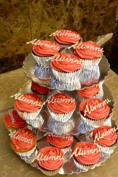 Cupcakes de vainilla y chocolate con frosting de frutilla decorados con chocolate blanco para el evento de Alumni USFQ