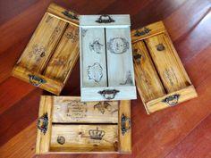Bandejas em madeira envelhecida e ferragens estilo antigo. Facebook - Elisa Artes na Madeira