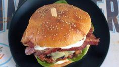 Burger mit gebackenen Bohnen und Speck