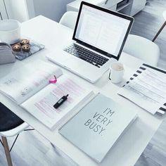 Super desk organization tips student study notes ideas Study Space, Study Desk, Work Desk, Desk Space, Study Areas, College Problems, Study Organization, Planner Organization, Study Hard