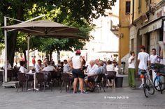 Arredamento urbano , bar in piazza all'aperto