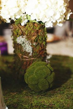 mooskugel klein tischläufer vase weiße hortensien deko frühling