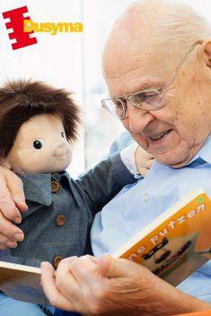 Die besonderen Eigenschaften der Joyk®-Empathiepuppen fördern bei älteren Menschen👵 den Aufbau einer starken Bindung zu den Puppen.🤱 Jahrzehntelange Erfahrung in der Herstellung von Puppen in sensorischer Stimulation garantieren den hohen Bildungswert von Joyk®-Produkten. Mit ihrer bemerkenswerten Fähigkeit, emotionale Reaktionen auszulösen, bieten die Empathiepuppen unzählige Möglichkeiten, Gefühle zu erkunden, zu entwickeln und diese verstehen zu lernen.😊 Teddy Bear, Explore, People, Puppets, Studying, Teddy Bears