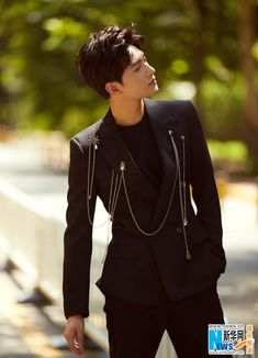 Actor Yang Yang poses for fashion shots | China Entertainment News