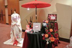 会場の一角に和のコーナーを作ってみるのもいいですね。和装前撮りアルバムを展示しても。 Japanese Party, Japanese Wedding, Asian Party, Welcome Boards, Ideas Para Fiestas, Kids Events, Cube, Gift Wrapping, Gifts