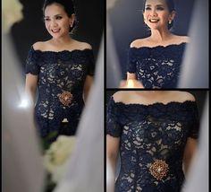 First off, the chic in a black off-shoulder adorned by a gold brooch. Kebaya Lace, Kebaya Brokat, Kebaya Dress, Batik Kebaya, Batik Dress, Lace Dress, Prom Dress, Kebaya Sabrina, Sabrina Dress