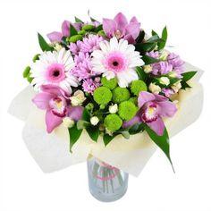 Очаровательный букет поистине очарует всех и вся. Посмотрите, насколько он прекрасен! Розовые орхидеи, хризантемы и герберы удивительно нежно сочетаются с бутонами кремовых кустовых роз и зелеными хризантемами. Не оторвать взгляд!