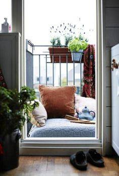 kleiner Balkon gestalten Ideen Boden Kissen asiatischer Stil