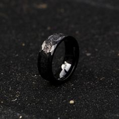 black ceramic with a hammered design and inside filled with stardust this is the residue of a meteorite called Muonionalusta, you can literally say one of the most expensive waists in the world. Mens Wedding Bands Meteorite, Meteorite Ring, Tungsten Engagement Rings, Vintage Engagement Rings, Promise Rings For Guys, Rings For Men, Tungsten Jewelry, Morganite Ring, Wedding Men