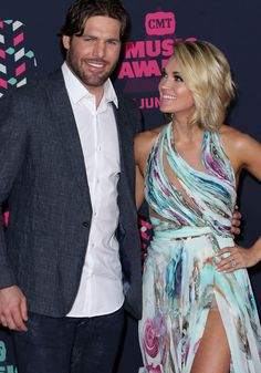Carrie Underwood Family, Carrie Underwood Legs, American Country Music Awards, Haircuts For Medium Length Hair, Charlize Theron Photos, Cmt Music Awards, Carrie Fisher, Rock Legends, Celebrity Couples