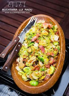 Forget boilng and roasting the sporuts. This brussels sprouts recipe combines crispy bacon and croutons with aromatic thyme and garlic for something else. Bacon, 30 Minute Meals, Pasta Salad, Sprouts Recipe, Ethnic Recipes, Brussels Sprouts, Garlic, Forget, Food