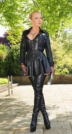 Lady Vanessa in Wet-Look skater Sexy Latex, Crazy Outfits, Sexy Outfits, Leather Corset, Leather Boots, Leather Skirt, Black Leather, Look Skater, Crotch Boots