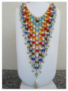 Maxi Colar confeccionado em metal dourado, com franjas em cristais coloridos e pérolas