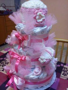 torta di pannolini ,con cappellino lavorato a uncinetto,scarpette uncinetto,calzini e varie sorprese all'interno .
