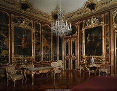 Schoenbrunn Palace, Vienna, summer residence of the Habsburg Emperors. Vieux-laque room with Chinese lacquer wainscoting and portraits of Emperor Franz I, his father Leopold II and his uncle Josef II, all by Pompeo Batoni. Schoenbrunn Palace and Gardens, Vienna, Austria