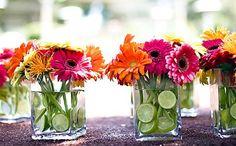 Para todos los amantes de las flores, hoy les hablamos sobre cómo incluirlas en nuestra mesa. Para decorar las superficies podemos utilizar la flor como centro de mesa, en esta ocasión son pequeños arreglos florales muy sencillos de realizar. Los materiales que necesitamos son. uno o varios vasos o frascos de cristal que nos gusten, …