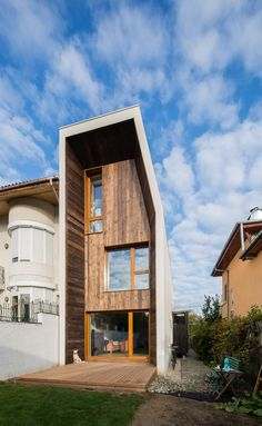 Creative Architecture, Lama, and House image ideas & inspiration on Designspiration Beautiful Architecture, Contemporary Architecture, Architecture Details, Interior Architecture, Design Exterior, Casas Containers, Narrow House, Small Buildings, Facade House