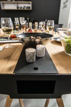 Cechy i korzyści: Stół z kolekcji Nature został wykonany w 100% z drewna oraz metalowych wstawek. Przez całą długość stołu biegnie wnęka, wykonana z metalu malowanego na czarno. Do jej zakrycia służą ...