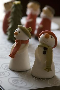 Christmas Cake Topper or clay snowmen. Christmas Cake Topper, Snowman Christmas Decorations, Christmas Cupcakes, Christmas Treats, Christmas Ornaments, Clay Ornaments, Christmas Snowman, Polymer Clay Christmas, Fondant Toppers