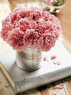 Todo mundo gosta de ser recebido em um ambiente aconchegante e cheiroso e, para isso, basta acrescentar flores à decoração. Na sopeira, na garrafa, na xícara, confira uma galeria onde elas são as estrelas do ambiente.
