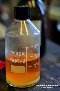 Why does Methyl Orange go colourless when reacting with Bromine?