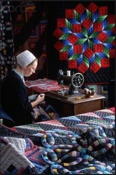 Amish Woman at Sewing Machine. I want an Amish quilt for my bed. Such beautiful work. Amische Quilts, Star Quilts, Sampler Quilts, Quilting Projects, Quilting Designs, Sewing Projects, Amish Pie, Amish Culture, Amish Community
