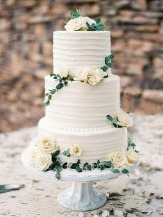 Simple white and green wedding cake #weddingcake #whitewedding #greenwedding