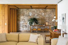 the stone wall is kinda fun Wooden Facade, Flat Roof House, Wood Stone, Stone Walls, Midcentury Modern, Furniture Making, Inside Outside, My Dream Home, Decoration