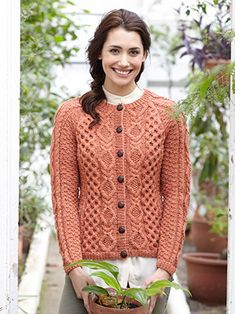 Design from Favourite Aran Tweed Knits No.10 (491). This book has 11 designs for men and women that have been knitted in a selection of rich, autumnal shades from the Hayfield Bonus Aran Tweed range. The designs have the exquisitely crafted cables and intricate details that you will have come to expect from Hayfield Aran designs. There is a mixture of traditional Aran knits, such as sweaters, cardies and tanks and others with a modern twist, such as the stylish cowl-neck poncho! | English…