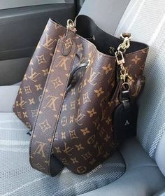 Louis Vuitton Monogram Canvas Artsy MM Bag Handbag Made in France – The Fashion Mart Sac Luis Vuitton, Louis Vuitton Rucksack, Louis Vuitton Wallet, Vuitton Bag, Louis Vuitton Monogram, Louis Vuitton Shoulder Bag, Louis Vuitton Handbags, Fashion Handbags, Purses And Handbags